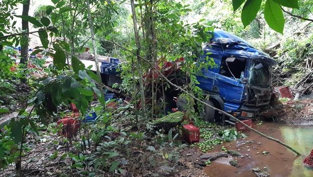 Motorista morre na BR-153 após tombamento de caminhão, que transportava limões