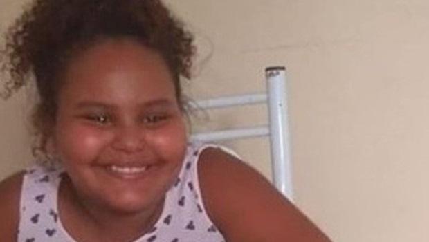 Menina de 8 anos morre atingida por bala perdida no sofá de casa em cidade do RJ
