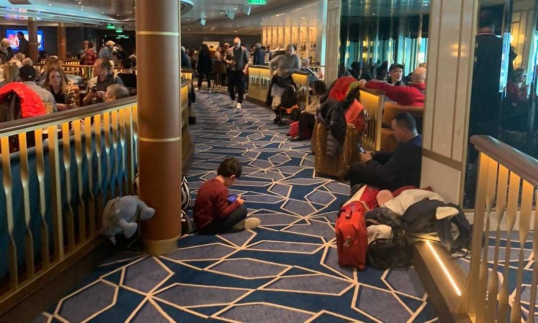 Passageiros registram tranquilidade em navio bloqueado por suspeita de coronavírus