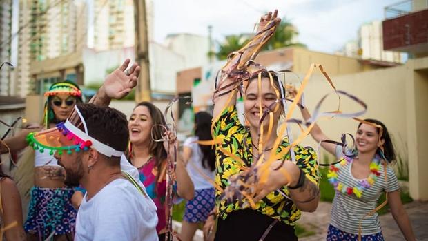 """Bloco """"Eu Nasci Assim, Mas Não Sou Gabriela"""" celebra diversidade em Goiânia"""