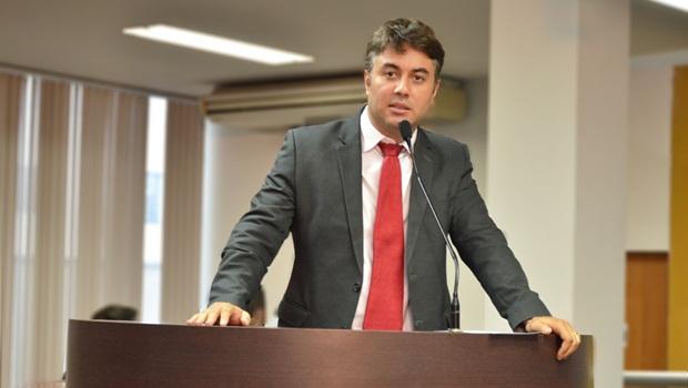 Vereador Diogo Fernandes (PSD) defende a necessidade de apuração para descobrir o que poluiu o Lago de Palmas e evitar prejuízos à população