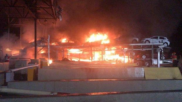 Após colisão em pedágio, caminhão-cegonha pega fogo na BR-153. Veja vídeo