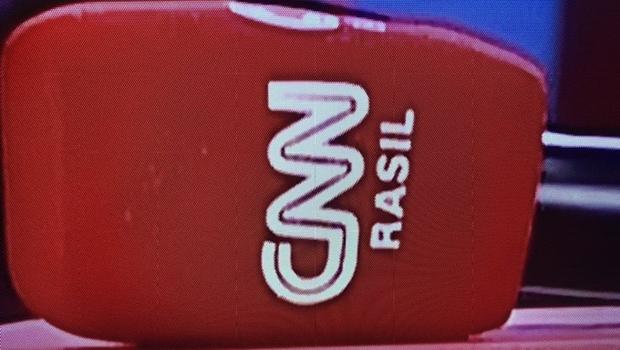 Em sua estreia no Brasil, CNN traz microfone com grafia errada e viraliza na internet