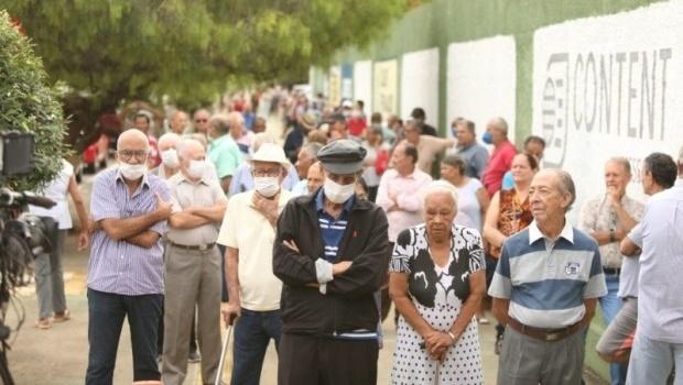 Caiado vai a posto de vacinação e pede que idosos voltem para casa