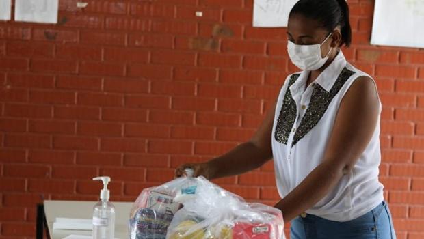 Prefeitura entrega kits de merenda em CMEI da capital