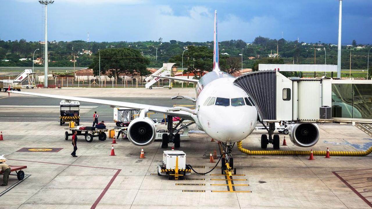 Anac autoriza aviões de passageiros transportarem pessoas com Covid-19