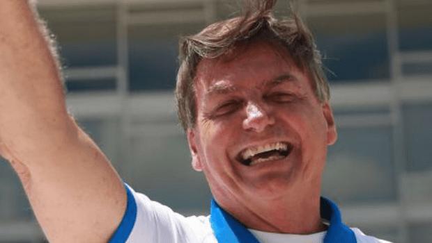 Bolsonaro faz piada enquanto o Brasil chora