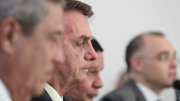 Do alto da rampa do Palácio da Alvorada, presidente Jair Bolsonaro (sem partido) tenta dizer que pediu à PF segurança a familiares, ao contrário do que vídeo da reunião ministerial de 22 de abril teria revelado
