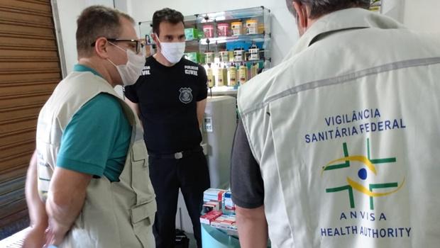 Polícia prende duas pessoas pela venda de medicamentos vencidos e adulterados em farmácia
