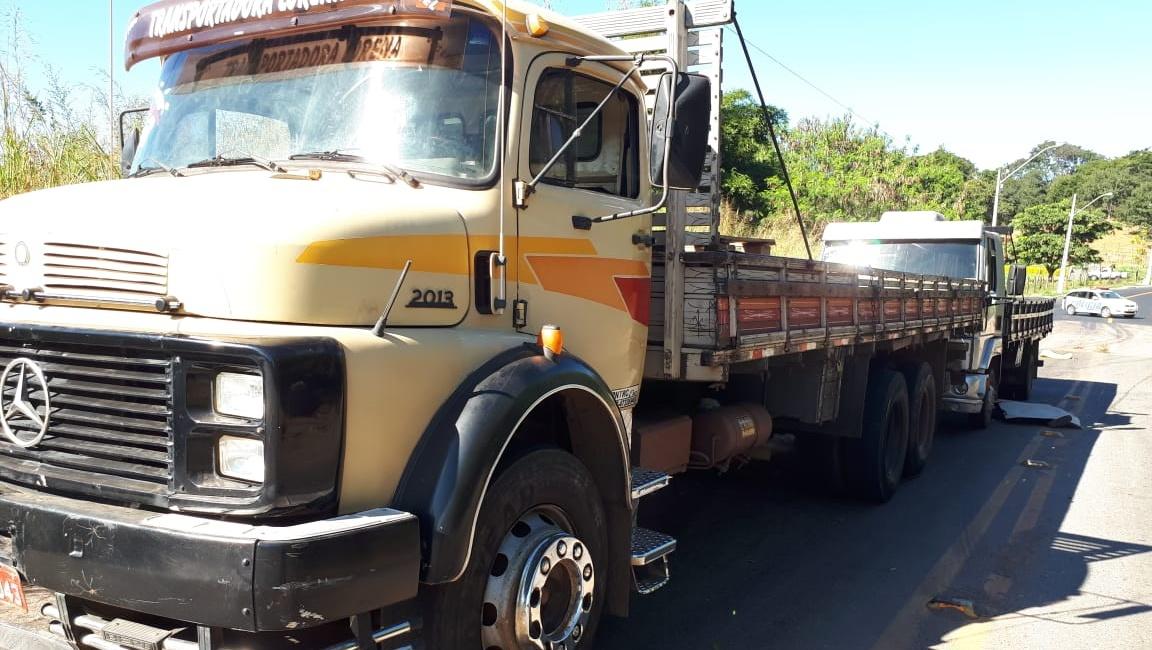 Caminhoneiro morre após ser prensado entre dois veículos em Goiânia