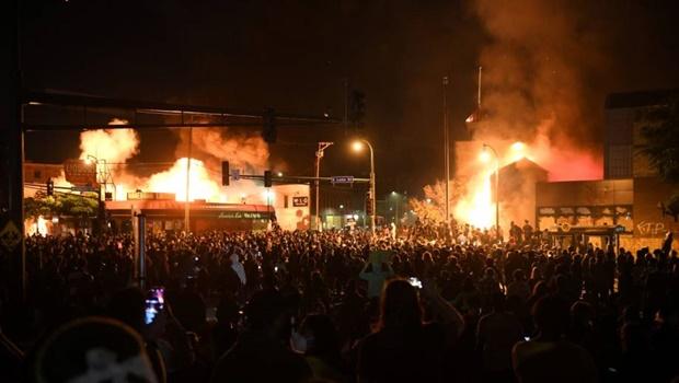 Morte de George Floyd reascende debate sobre violência policial e racismo nos Estados Unidos