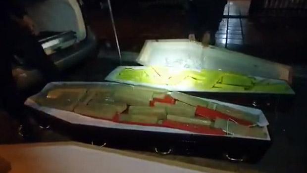 Motorista tenta transportar 300kg de maconha em caixões lacrados de supostas vítimas da Covid-19