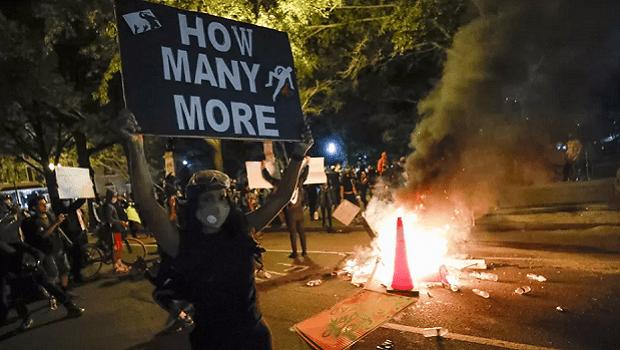 Protestos próximos à Casa Branca ficam violentos