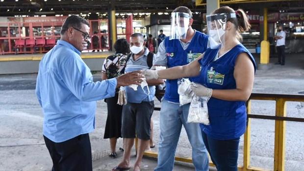 Governo distribui máscaras a usuários do transporte coletivo em Goiânia