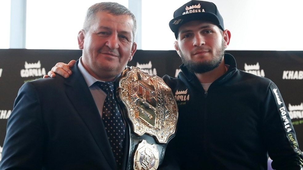 Morre pai de Khabib Nurmagomedov, o campeão de MMA do UFC. Tinha Covid-19