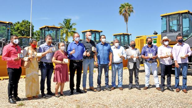 Governo do Tocantins entrega máquinas pesadas a municípios
