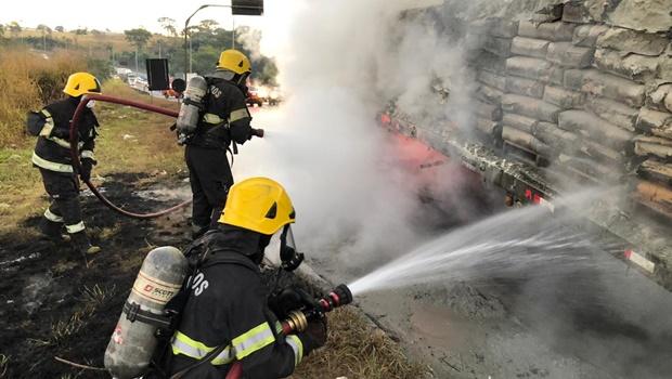 Caminhão carregado com cimento pega fogo na BR-153, em Aparecida