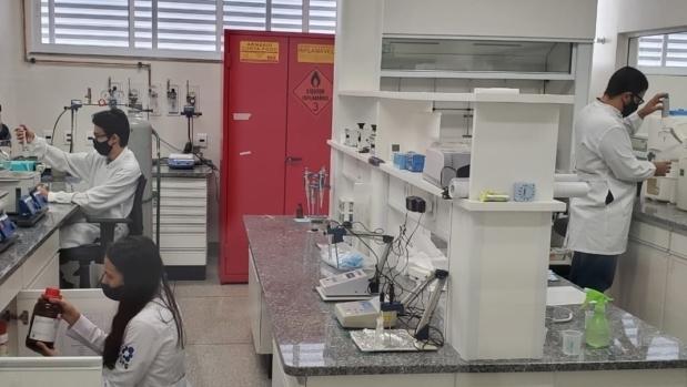 Cientistas da UFG desenvolvem spray que neutraliza coronavírus
