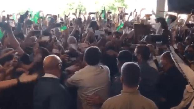 Visita de Jair Bolsonaro causa aglomeração no aeroporto de Aracaju