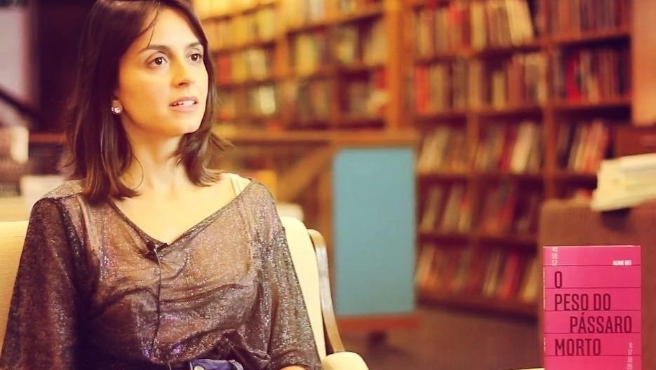 """O livro """"O Peso do Pássaro Morto"""", de Aline Bei, e a devastação feminina"""