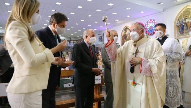 Ao lado de Iris, Maguito participa de missa de condecoração da Sagrada Família