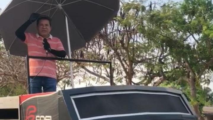 Sandes Júnior faz comícios diários em vários bairros de Goiânia. Em cima de uma camionete