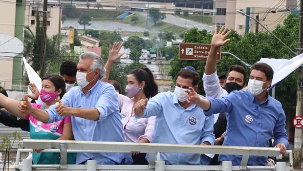 Vanderlan encerra campanha do 1º turno em carreata ao lado do governador Ronaldo Caiado