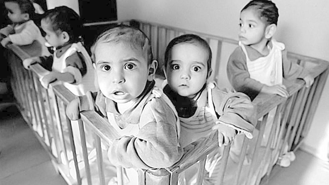 """Os """"decretinhos"""" de Ceauşescu ou a destruição da infância na Romênia comunista"""