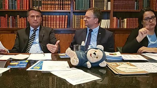 """""""Um plano nacional de imunização está praticamente pronto na Saúde para a gente vacinar quem quer"""", diz Bolsonaro"""