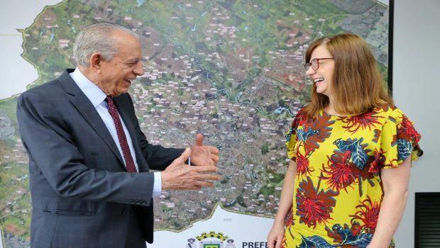 Jornalista Cileide Alves lança biografia de Iris Rezende, que conta parte da carreira política do prefeito
