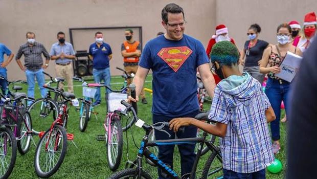 Campanha Papai Noel Sesc e Senac doa bicicletas a crianças carentes