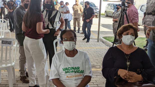 Primeira pessoa vacinada em Goiás é uma idosa de 73