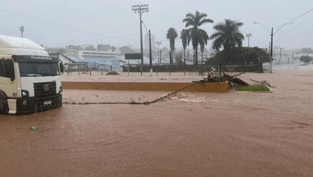Represa em Catalão transborda e água inunda casas da cidade
