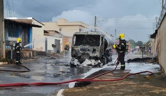 Bombeiros controlam incêndio em caminhão que transportava combustível, em Senador Canedo