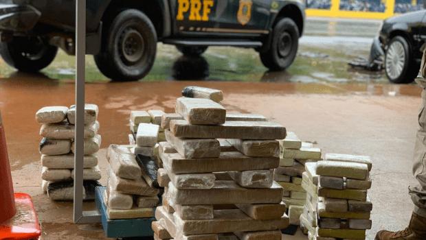 PRF prende em Jataí casal que transportava 80 kg de drogas