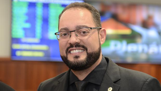 Deputado Virmondes Cruvinel volta para a base do governador Ronaldo Caiado
