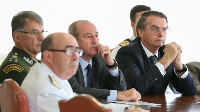 Longe de mostrar força, Bolsonaro exibe fraqueza ao demitir militares
