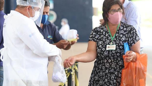 Senador Canedo distribui máscaras e álcool gel 70% para passageiros, em terminal de ônibus