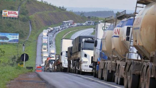 Caminhoneiros sinalizam paralisação se não houver mudança após a troca do comando da Petrobras