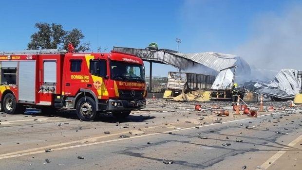 Colisão entre caminhões deixa três mortos e incendeia praça de pedágio em Campo Alegre de Goiás