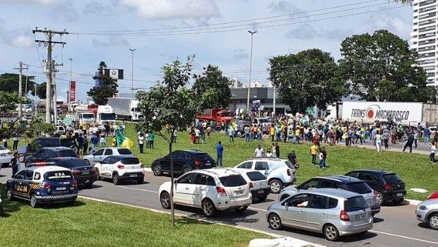 Em prol da reabertura do comércio, manifestantes interditam BR-153 na manhã desta segunda-feira, 15