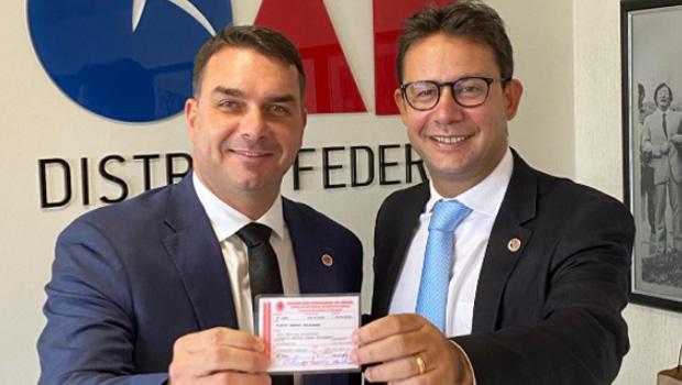 Flávio Bolsonaro posa com carteira da OAB do DF e diz que irá atuar na advocacia