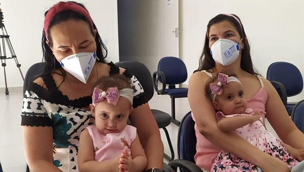 Gêmeas siamesas Laura e Laís voltam para casa três meses depois da cirurgia de separação