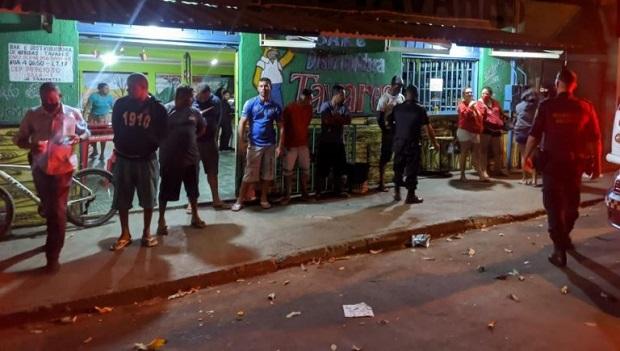 Em Aparecida, fiscais multam 186 pessoas por aglomeração e não uso de máscara