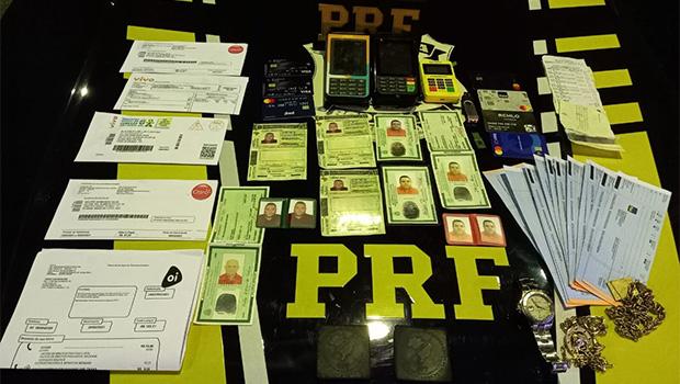 Trio é preso com documentos e cartões falsos em Uruaçu