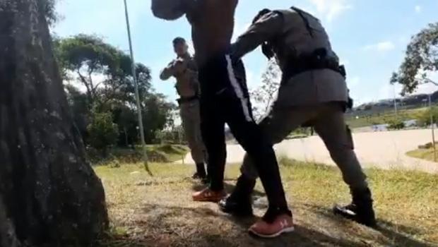 Vídeo de abordagem policial com jovem negro na Cidade Ocidental gera revolta na internet