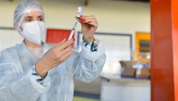 Goiânia começa a vacinar contra a Covid-19 pessoas a partir de 50 anos
