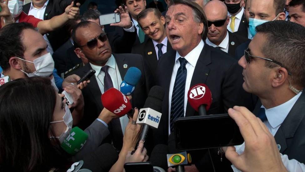 """Se """"rosna"""" para mulheres repórteres, Bolsonaro """"mia"""" para o Centrão de Ricardo Barros"""