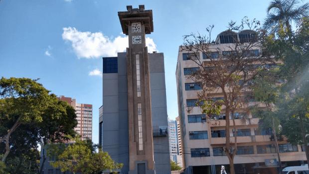 Prefeitura realiza ações de manutenção na praça da Torre do Relógio