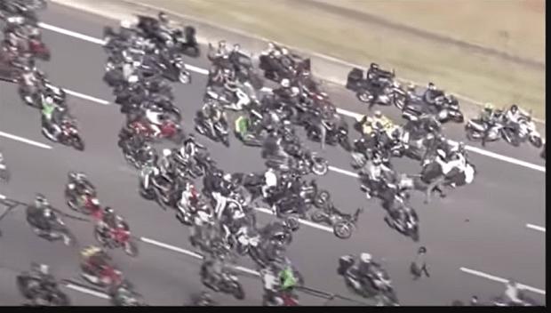 Motociclista perde equilíbrio e causa acidente em motociata de Bolsonaro